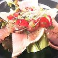 料理メニュー写真とんぼマグロのタタキ イタリアンパセリソース