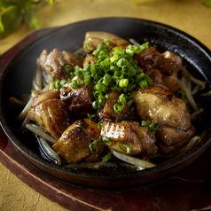 料理メニュー写真鶏もも肉の鉄板焼き