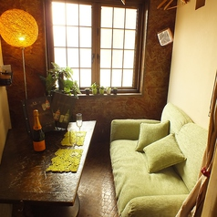 アジアンテイストなまったりカップル個室♪こちらのローソファーのカップル個室は、自室にいるかのような寛ぎ空間。柔らかなグリーンのソファーは心地良く、ゆったりとした時をお過ごし頂けます。カップル他、気のおけないご友人とのご利用なども如何でしょうか?