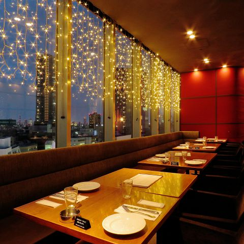 12階から見える夜景と、店内のライトが煌めいて、とてもロマンチック…★デート、記念日使いにおすすめです♪個室は8~30名様までご利用いただけます♪飲食店が多数入っているビルの最上階…思わず「わぁ~!」っと言いたくなる、広々とした店内と夜景、ラグジュアリーな雰囲気。でもドレスコードはあくまでもカジュアルで♪