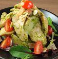 料理メニュー写真鶏胸肉とジャガイモのジェノベーゼ和え