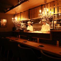 仕事帰りの一杯にももってこい♪出来立てのお料理が提供される特等席◎広々したカウンターはデートや会社帰りのサク飲みにも最適です!