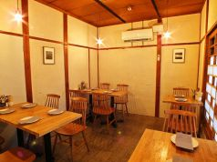 テーブル席は店内の小さい階段を登ったお席です。テーブルの配置はお客さまの人数で変更いたします。