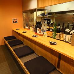 カウンター席は目の前で焼き鳥を焼いてる為、香りまで楽しめます。その日にしかない限定商品や、焼酎・日本酒なども大将が教えてくれる特等席!!観光やお一人様でもお気軽にどうぞ。