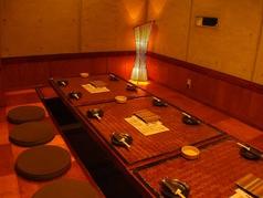個室はテーブルをつなげられるので12名様前後の中型宴会などにも最適!
