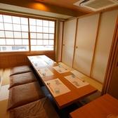 普段は縦2列のお席ですが、横にすることで1本の長い席にすることもできます。最大で16名様までお座り頂ける個室にも変更可能です。宴会や会食などにご利用ください。