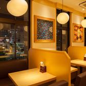 彩りのある内装・・・テーブル席