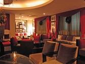 1Fカフェラウンジ:ソファー席もあり、ゆったり過ごしながらパティシエおすすめのスイーツ・カフェをお愉しみ頂けます。