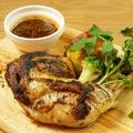 料理メニュー写真骨付き鶏モモ肉のコンフィ