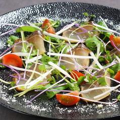 料理メニュー写真スモークした鯛のカルパッチョ アンチョビソースで