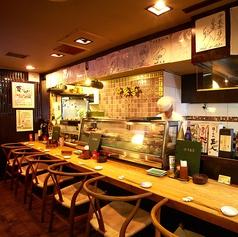 木を基調とした店内は、落ち着いた雰囲気でゆったりとお食事を楽しんでいただけます。