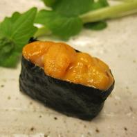種類豊富なお鮨を各100円(税抜)~ご用意。食べ比べも◎