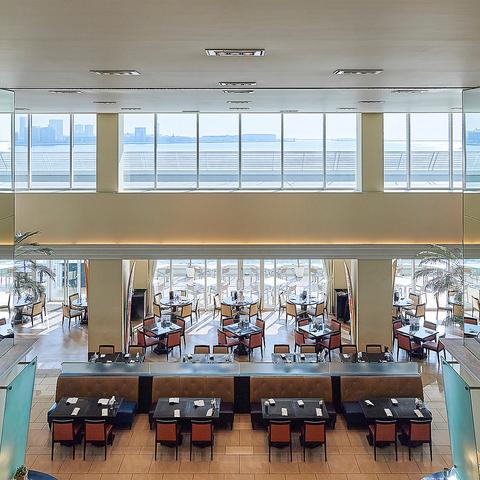 水平線を望み大きな窓から光が差し込む開放感溢れる店内