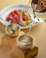 【錫を使用した酒器・山形鋳物の食器等細部までこだわりを】酒器は錫を使用。お酒の雑味を除きまろやかな味わいになる錫(すず)の酒器。抗菌性・熱伝導がよく日本古来から酒器として使われてきました。また金市朗特注で錫のプレートもご用意。箸置きは南部鉄器・山形鋳物を使用。欅のテーブルとこだわりの食器でご飲食を
