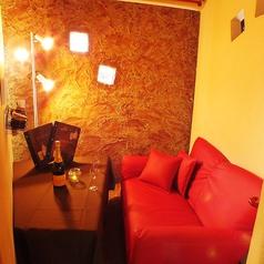大人気のソファーカップルシート♪お洒落なライトが目を引くこちらは2名様までご利用可能なソファー席。ローソファーの落ち着いた空間は、カップルにピッタリ!肩寄せ合いながらお食事すれば心の距離も縮まるかも?