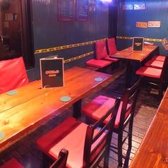 店内奥にあるテーブル席は、席を追加して最大14名まで座れパーティー時に大人気!!気兼ねなく会話をしながら自慢の特製ピザはじめ、オススメ料理をお召し上がりください!!