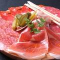 料理メニュー写真イタリア産サラミのよくばり盛り