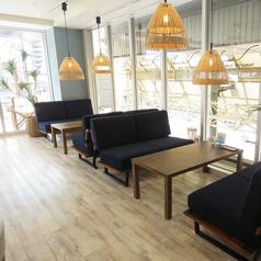 《ソファー席/4名様用》ゆったりお寛ぎいただけるソファー席はお子様連れのファミリーやご友人とのお食事にピッタリのお席です!大きな窓から差し込む光が暖かく居心地の良いお席の為、人気のお席となっています。