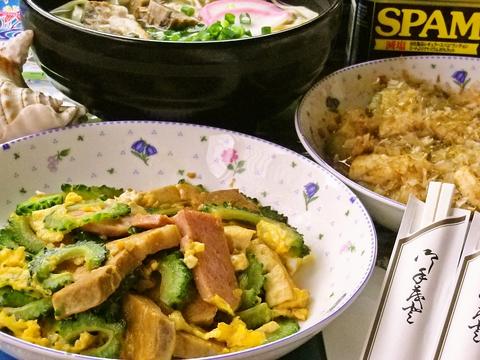 沖縄の家庭料理を中心にナーベラー、パパイヤ炒めなどを手軽に楽しめる。