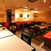 【テーブル席の全68席】少人数から団体様様まで多彩な人数・用途に使い分けできる空間。