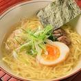 【〆料理も充実!】赤鶏ラーメンは鶏ガラ出汁たっぷりで絶品の一杯。他、奄美大島名物の鶏飯やおでんの角煮をのせた角煮丼もあります。