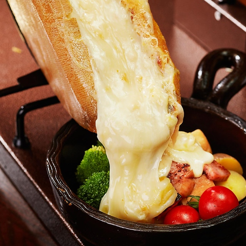 畑の厨ではお客様の目の前で、熱々の「ラクレットチーズ」をおかけします