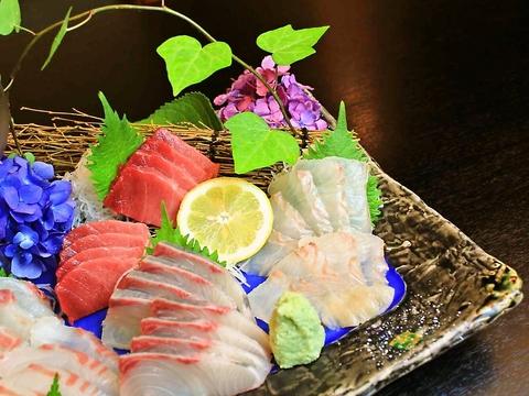 美しく、美味しく、風情が楽しめる店。毎日築地から仕入れる新鮮な魚が味わえる。