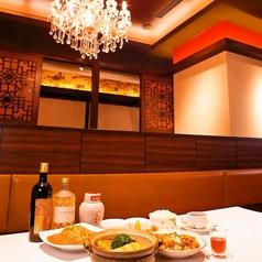 シャンデリア煌めくお洒落な店内は、個室・テーブル席をご用意。ご利用シーンに合わせてどうぞ!明るいシャンデリアが皆様をお迎えいたします。