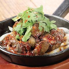 料理メニュー写真新得地鶏のスパイシ―炭火焼き