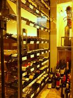 店内中央にはワインセラー