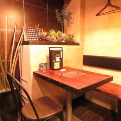 木目調のテーブル席はデートにも最適♪2人用のカップルシートとなっております!チーズのいい香りが立ち込める店内でワインを嗜みながら…♪