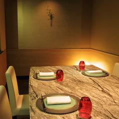 壁面は華美な装飾はなく、柔らかい光が差す落ち着いた雰囲気です。ゆったりとした時間を過ごせる店内奥の個室席