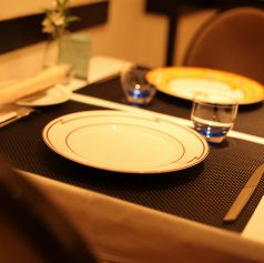 色鮮やかな食器が並ぶテーブル席で記念日を