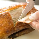 日本人に好まれる広東風北京ダック!香ばしい皮だけを食べる贅沢な食べ方です!ただこの状態で切り分けるのは経験と技術が必要。ミソと薬味を巻いて一口でお召し上がりください。