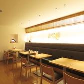 テーブル席は2名様ずつ分割できるのであらゆる人数に対応いたします。お食事に人気のお席です。