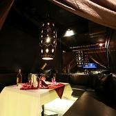 バリ製ライトと間接照明に浮かぶ大人のプライベート空間でムーディーな雰囲気。