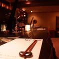 デザイナー設計の和モダンなお洒落な店内。ダウンライトの灯が雰囲気良く、しっとりと落ち着いて、会話を楽しめます。ソファ席なので、座り心地も良く、ついつい長居してしまう・・・