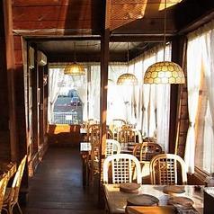 木のぬくもりがある椅子とテーブルでゆったりとお食事をお楽しみください。総席数は60席。