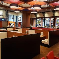 【両側ソファー席】前面吹き抜けの明るく広い店内は、ご家族、ご友人とのお食事にぴったり☆バラエティ豊かな本格イタリアンやスイーツを食べながら、楽しくお過ごし頂ける空間をご用意しております♪