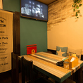 【女子会やプライベート宴会に】モニターも完備♪テーブルは席間隔を広めに作っております♪