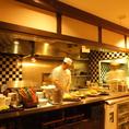 オープンキッチン。自然やは安心安全、そして新鮮な食材にこだわっております。