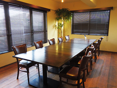 10名様まで完備の個室。人数に合わせてテーブルの配置も変更できます。