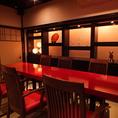 【2階テーブル席】4~6名様でお使いいただけるテーブル席は、店内の和モダンな雰囲気を楽しんでいただけます。