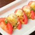 料理メニュー写真焼きトマトの鉄板カプレーゼ