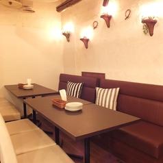 暖色系の灯りが落ち着くシックな空間…♪まったり寛げるソファー席。