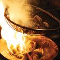 通常の高級銘柄鶏より4~10倍の長期間に渡って、大切に飼育される【薩摩知覧どり】は脂乗りもよく上質な肉質と食感・旨さを持つのが特徴。その知覧どりを使った『ゴロ焼き』は備長炭で豪快に、炎と煙でスモーク状態にした男の料理!中はレアで、炭の香ばしさと柚子胡椒の香り、スパイシーな味わいがクセになる逸品です。