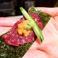 料理メニュー写真生ウニと馬刺しの海苔巻き