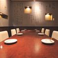 当店では、完全個室のテーブル席をご用意しております。最大40名様まで着席できるテーブル席は、会社でのご宴会や打ち上げにぴったりです。人数のご相談も承りますので、お気軽にご相談ください。