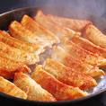 【ビール必須の逸品】三十数年前に博多の屋台で産声をあげた『博多鉄鍋餃子』。一口食べると熱々の肉汁が溢れ出てたまらない!エビスビールと共にぜひお楽しみください。ボリュームがありますが、美味しいのでペロリといけます♪