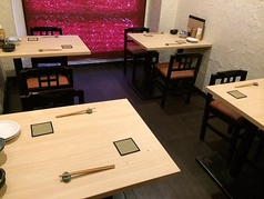 2階はゆっくりとくつろげるテーブル席をご用意。席を結合すれば大人数での宴会も可能です。【貸切OK】